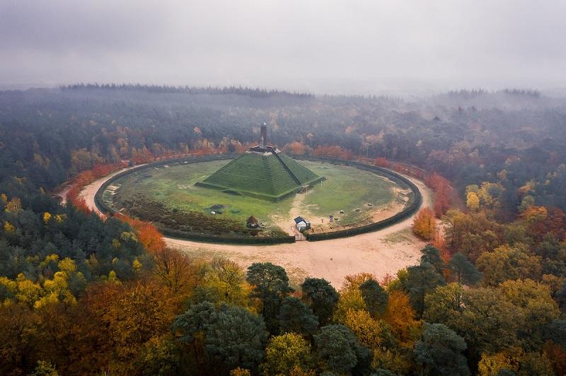 Nieuwe wandelroute: door de herfstbossen rond de Pyramide van Austerlitz