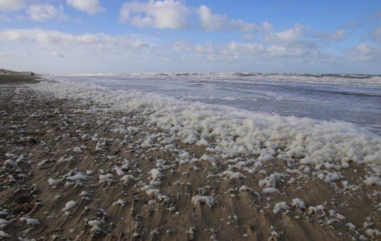Hoe ontstaat schuim op het strand?