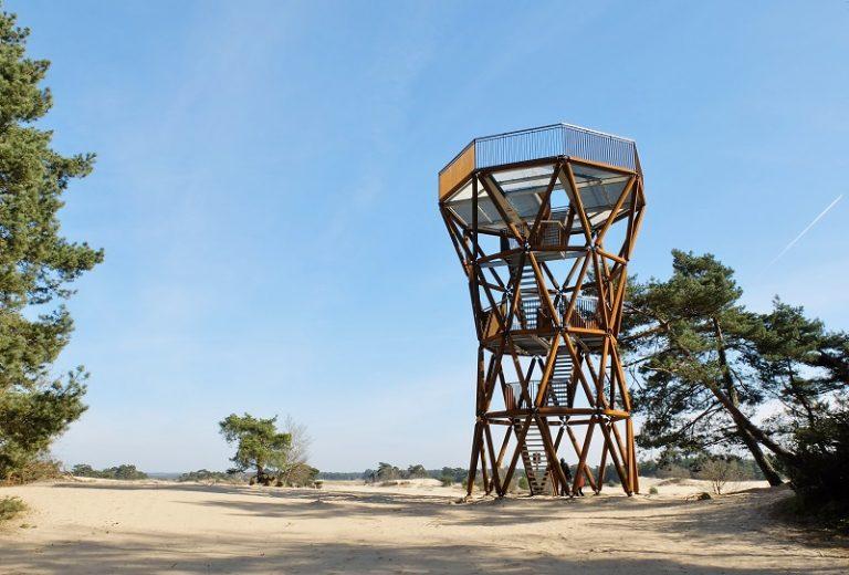 Uitkijktoren Kootwijkerzand: vliegdennen, herten en zandheuvels