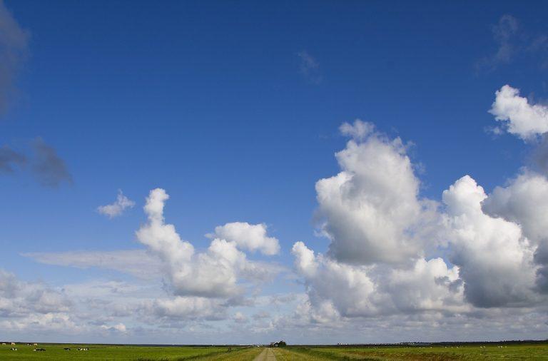 Waarom zijn wolken vaak plat aan de onderkant?