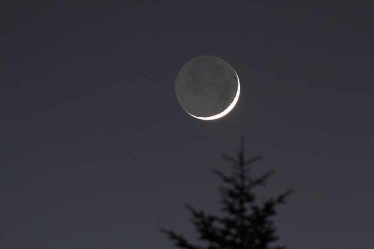 Wat een vraag: waarom oogt de maan soms asgrauw?