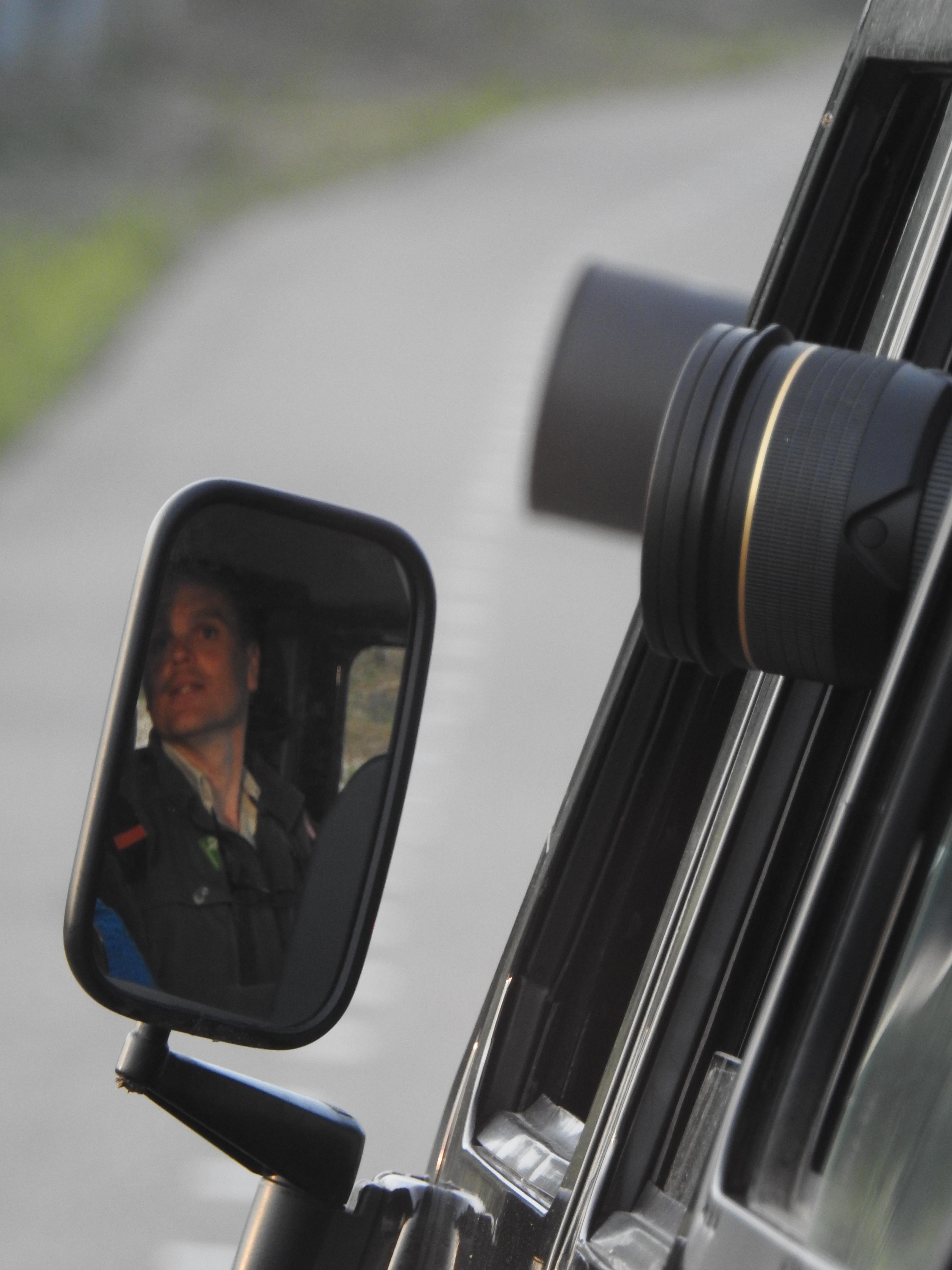 Boswachter Mark Kras manoevreert de Landrover voor de fotografen
