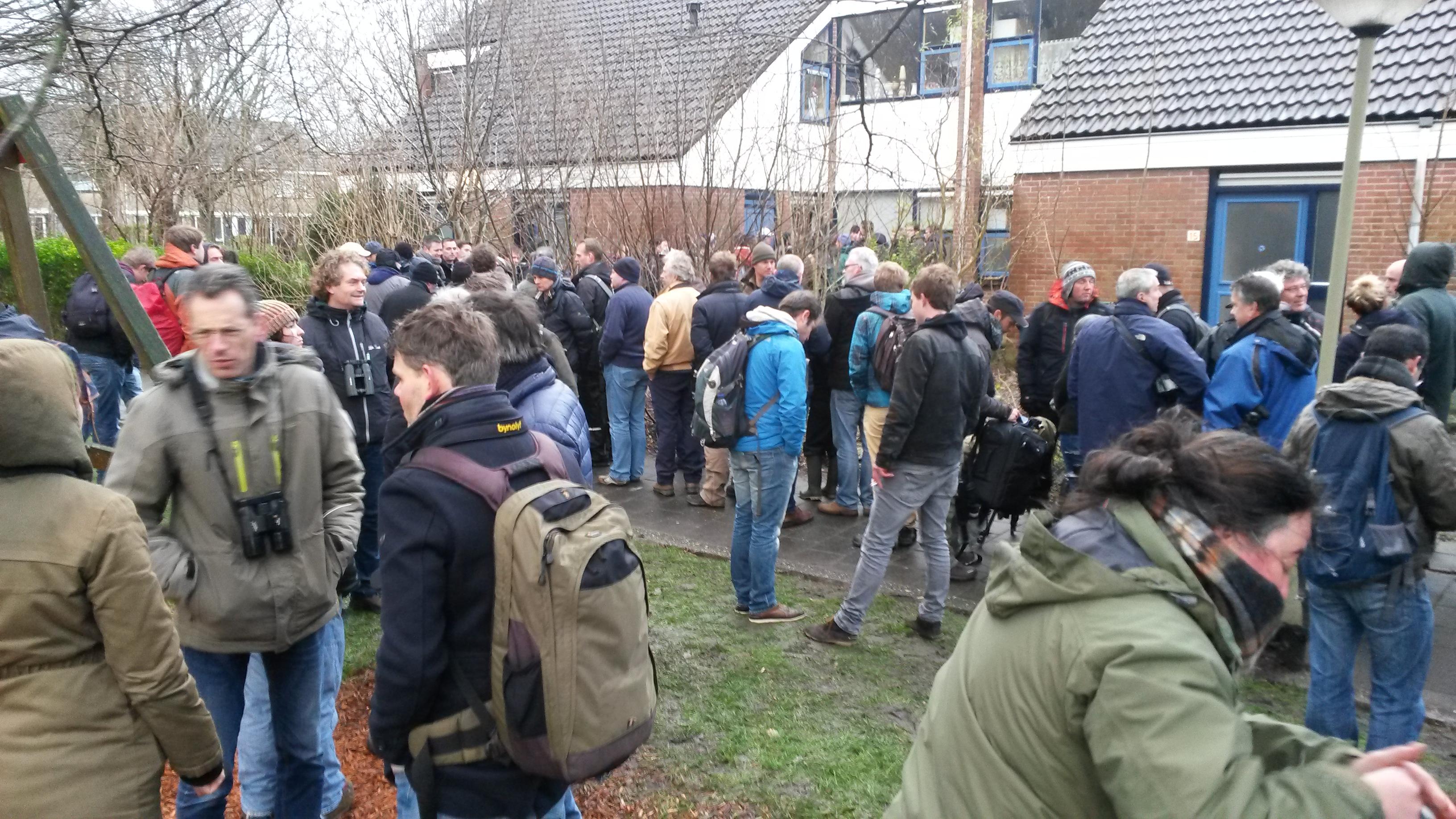 De menigte in de rij en daar buiten