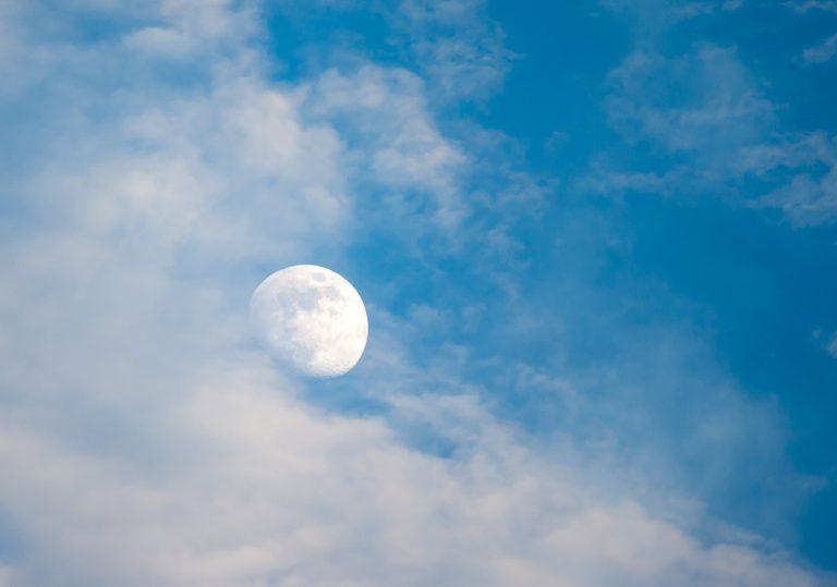 Waarom zie je overdag soms de maan?