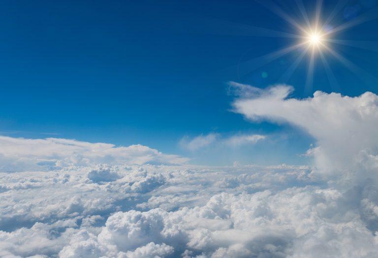 Wat een vraag: waarom ogen wolken vanuit een vliegtuig altijd wit?