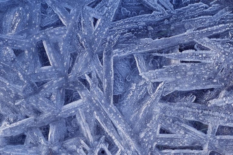 Waarom is sneeuw wit? En waarom ogen ijs en sneeuw soms blauw?