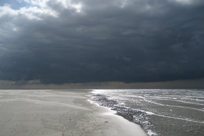Dreigende wolken boven de Noordzee op Schiermonnikoog