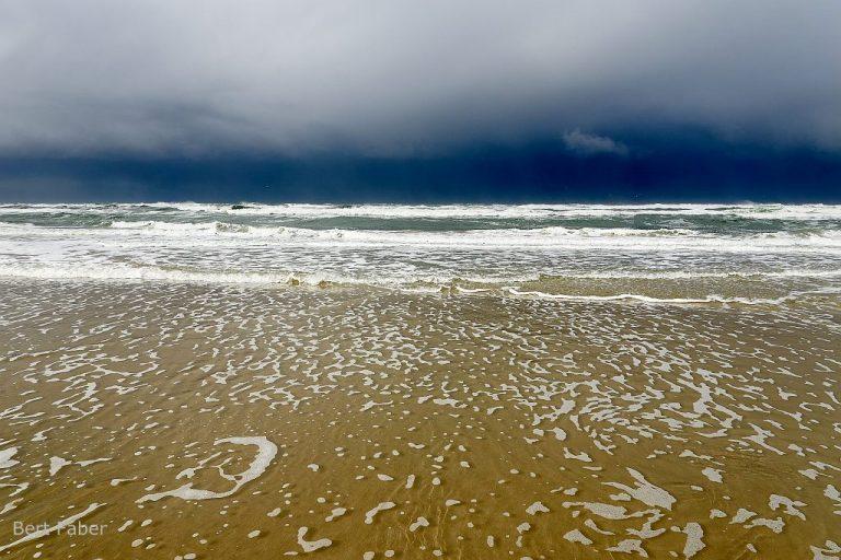 Zo fotografeer je najaarsstormen op het strand