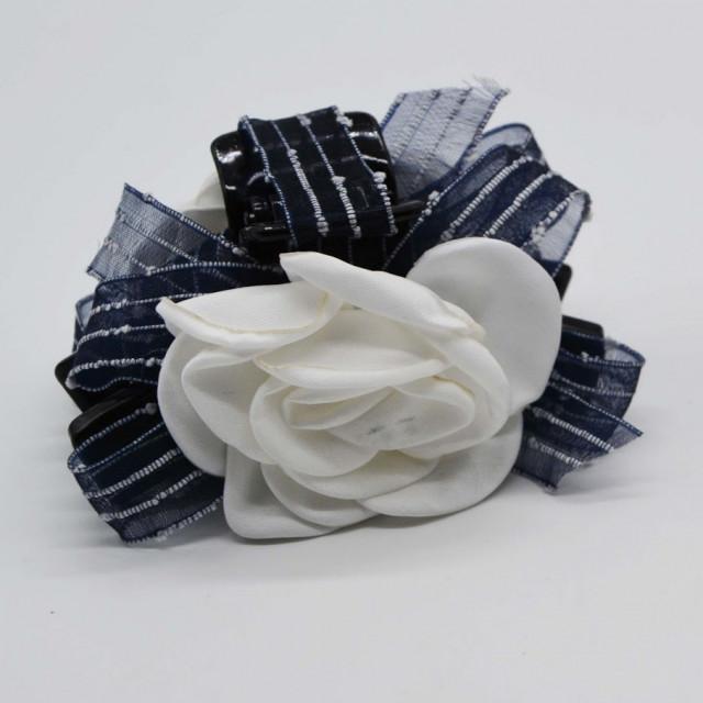 c4668f9dc4f26 مساكة بـ وردة بيضاء وفيونكة كحلية - فنون لإكسسوارات الشعر Funoon