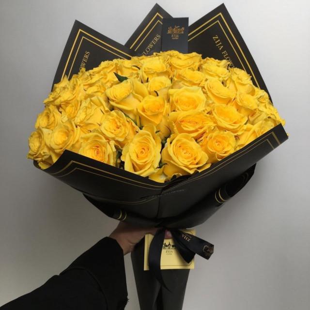 بوكيه أسود فاخر 60 وردة روز أصفر Zija Flowers
