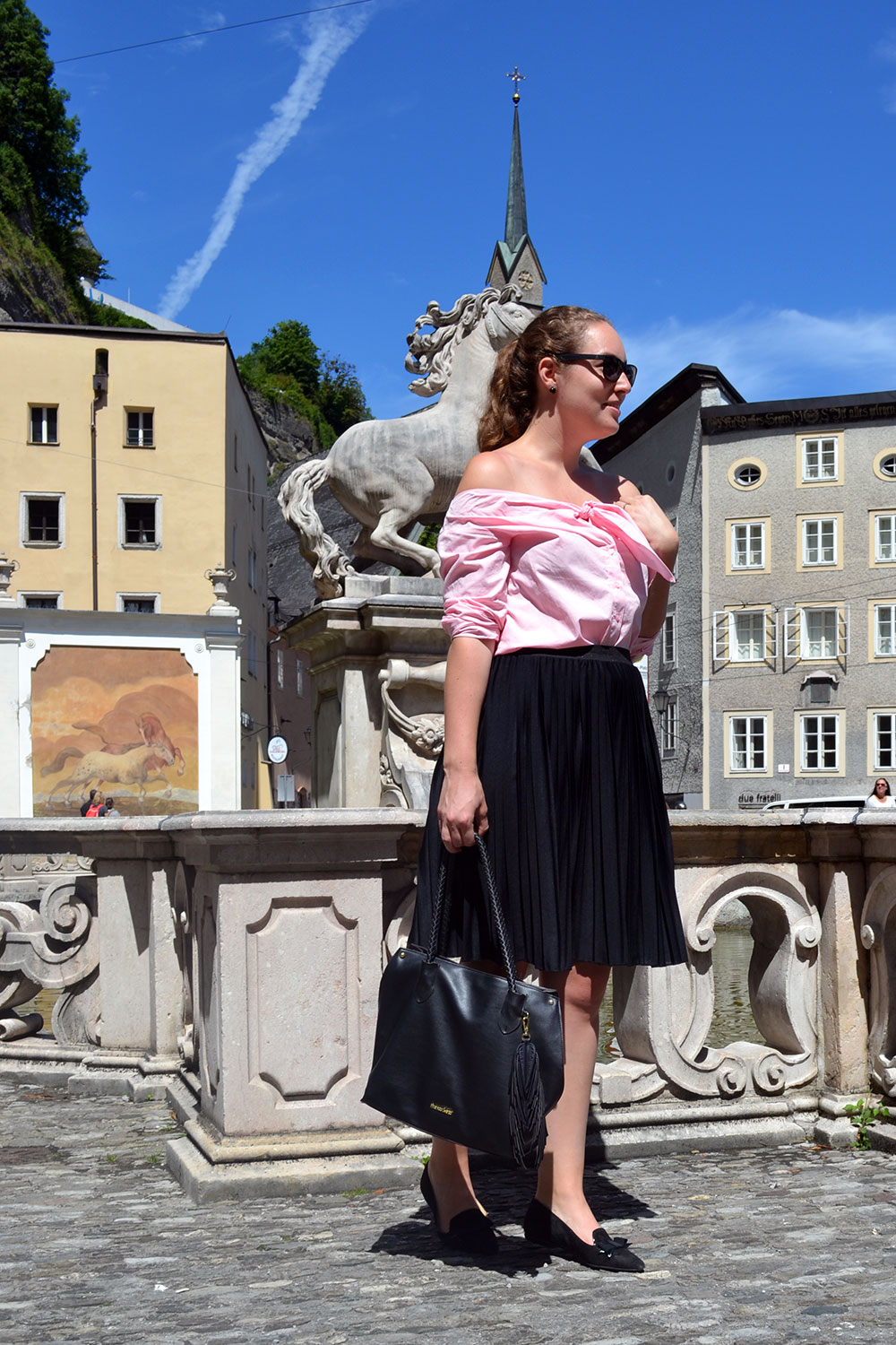 Outfit: Plissé & Pink Off Shoulder Blouse // Salzburg - pliss%C3%A9 skirt 1