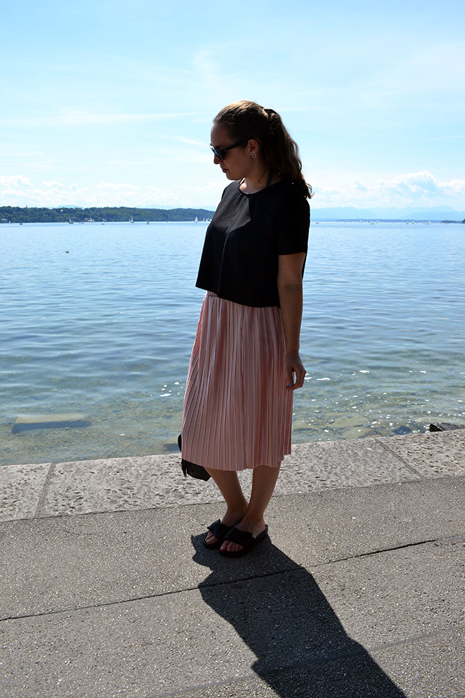 Outfit: Rose Plissé Skirt & Bow Slippers // Lake Starnberg - slippers 2