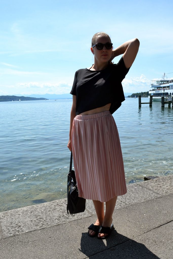 Outfit: Rose Plissé Skirt & Bow Slippers // Lake Starnberg - slippers 3 683x1024