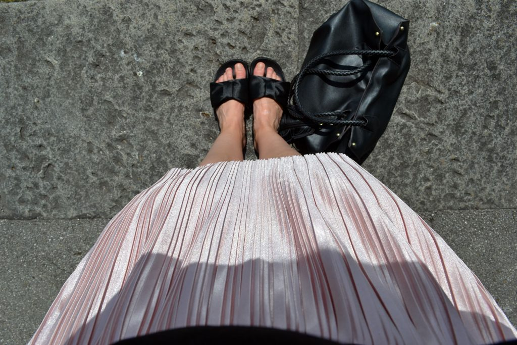 Outfit: Rose Plissé Skirt & Bow Slippers // Lake Starnberg - slippers 5 1024x683