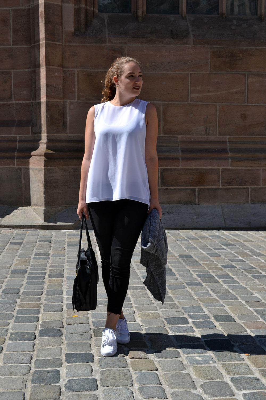 Outfit: Black Jeans & White Plissé Blouse | Nuremberg - Plisseblouse 5