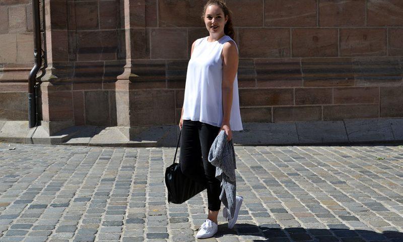Outfit: Black Jeans & White Plissé Blouse | Nuremberg - Plisseblouse Header 800x480