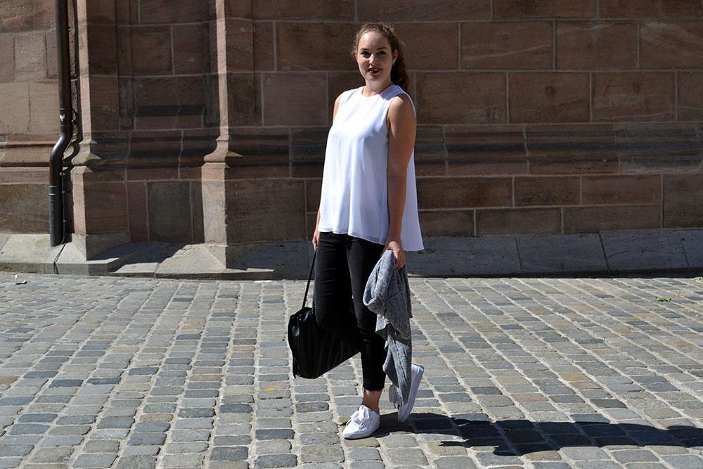 Outfit: Black Jeans & White Plissé Blouse | Nuremberg - Plisseblouse Header