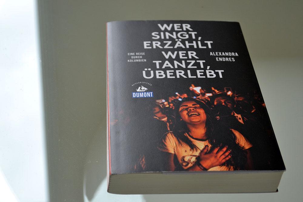 Books: Wer singt, erzählt - wer tanzt, überlebt | Reiseabenteuer - Reiseabenteuer 1