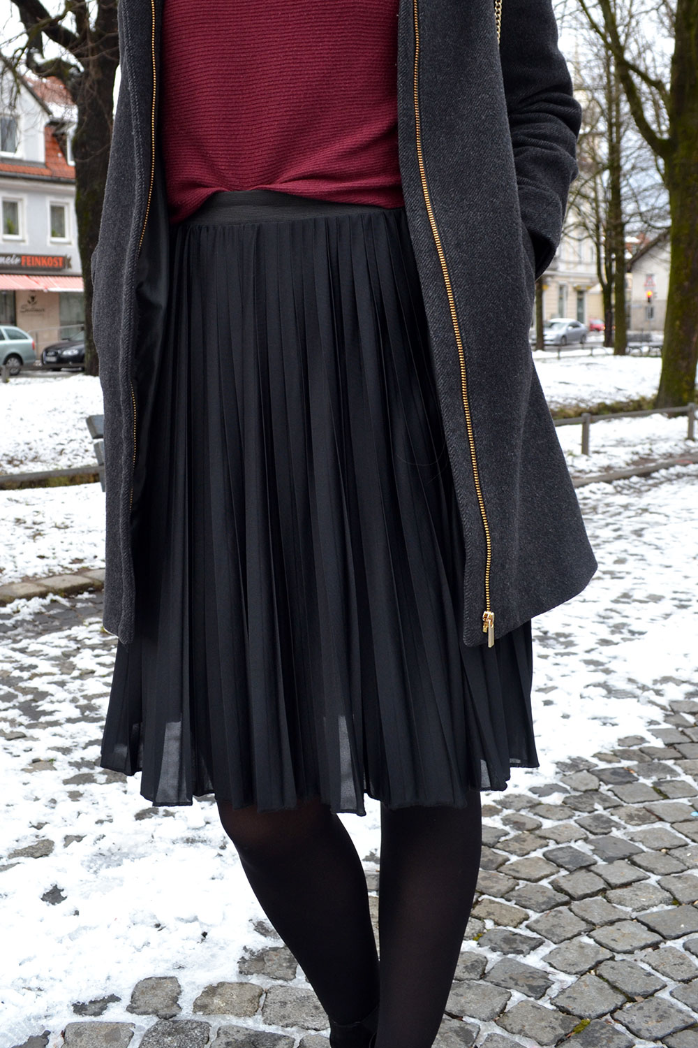 Outfit: Plissé Skirt & Dark Red | Munich - plisseskirt 1