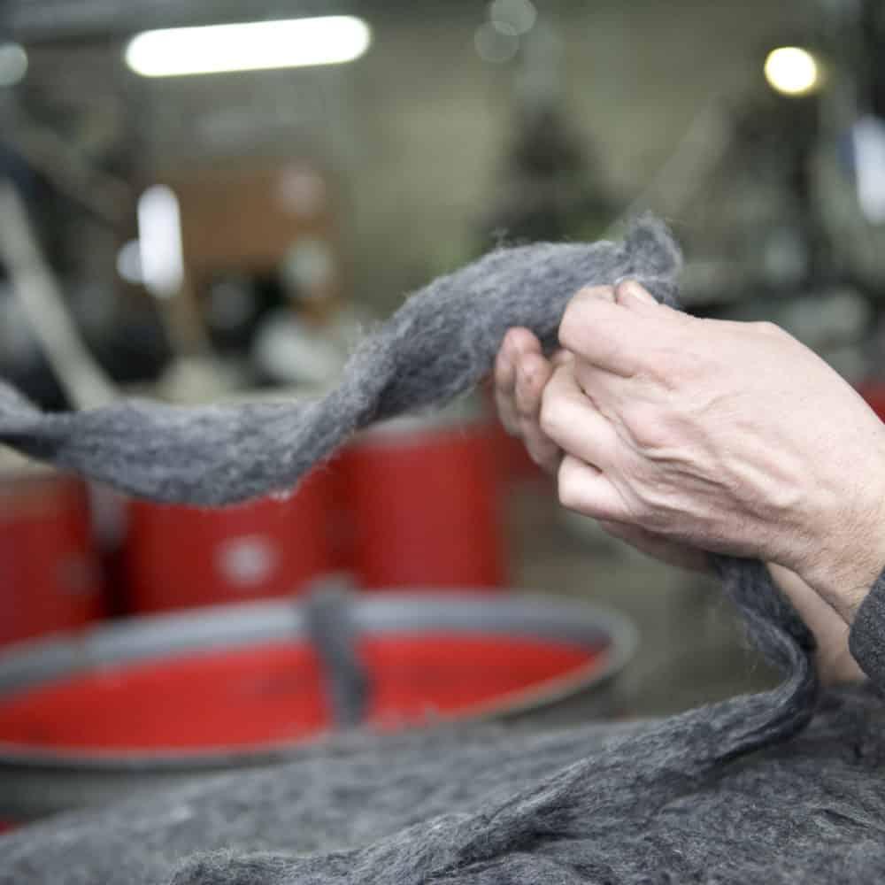 mani che toccano il tessuto