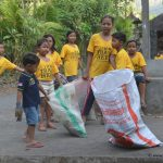 Die-Kleinsten-helfen-mit-Trash-Heroes-Amed-Bali