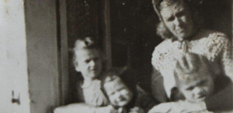 Familie-Schulkind-Kindergartenkind-Nachkriegszeit-Pirmasens-Deutschland-Volksschule