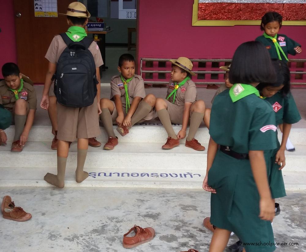 Thailand-Grundschule-Schuhe-ausziehen