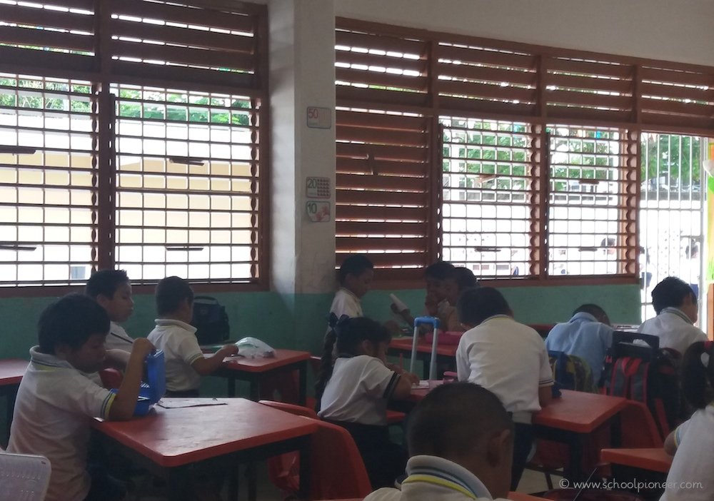 Vergitterte-Fenster-und-Türen-Klassenzimmer-Mexiko