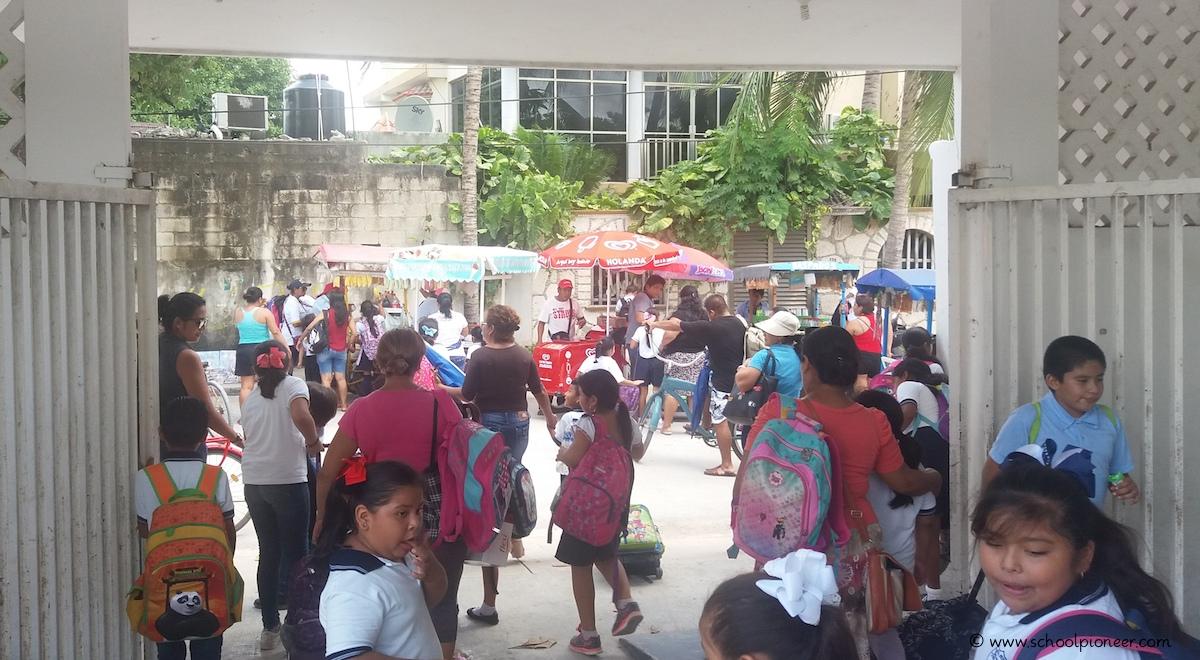 Straßenhändler-außerhalb-des-Schulgeländes-Grundschule-Mexiko