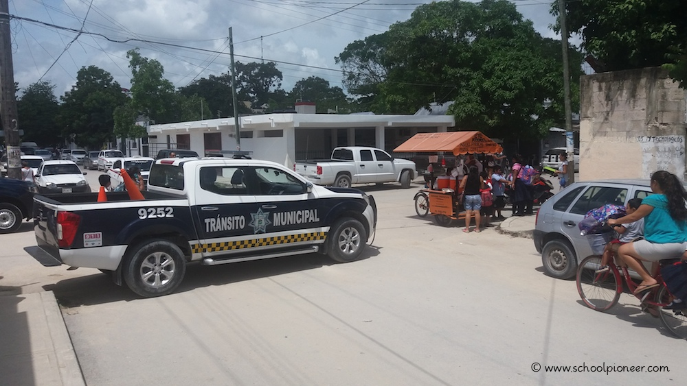 Polizei-Absperrung-Grundschule-Mexiko