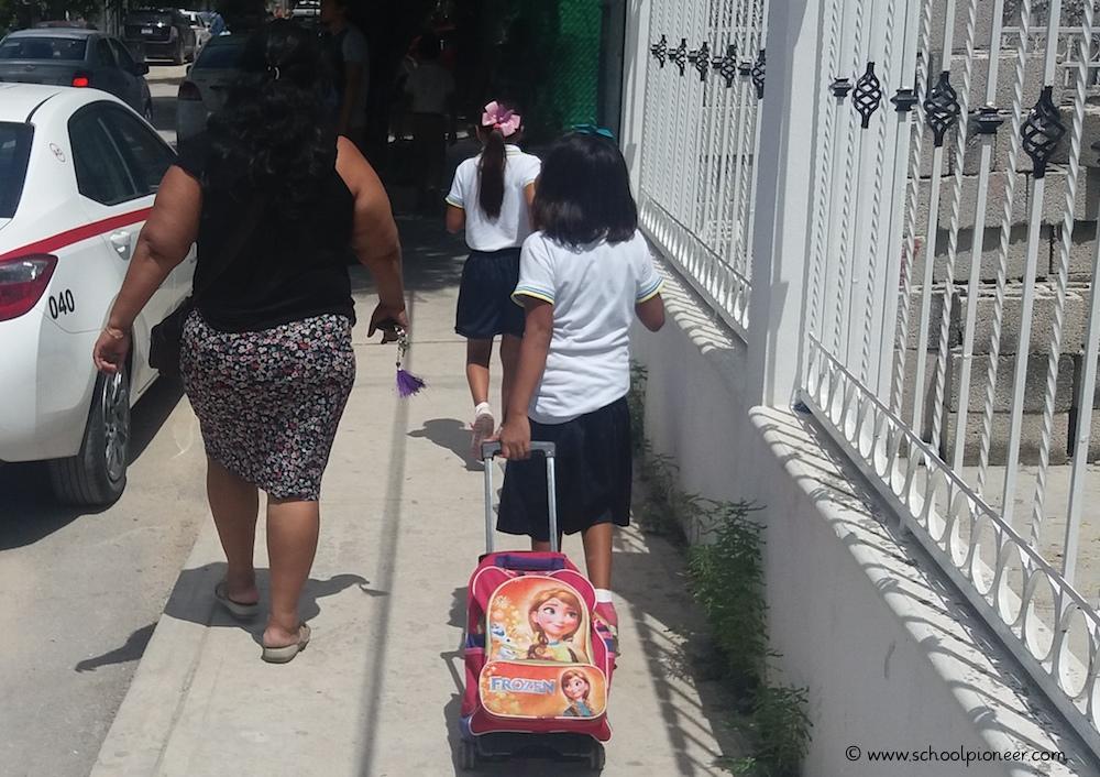 Schulranzen-mit-Rollen-Grundschule-Mexiko