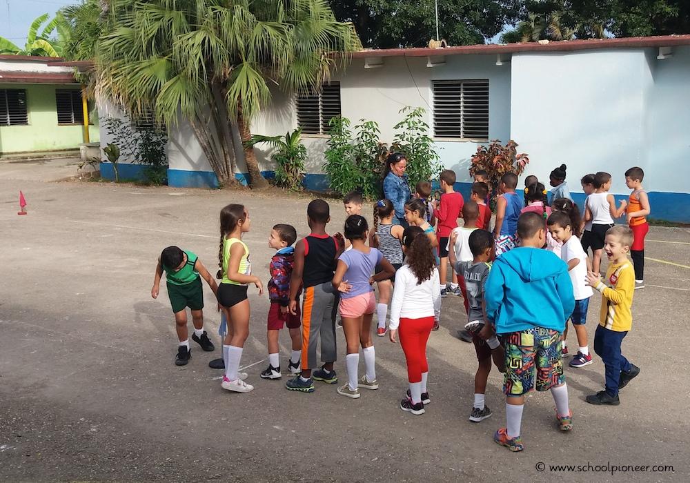 Sportunterricht-auf-dem-Pausenhof-Grundschule-Kuba