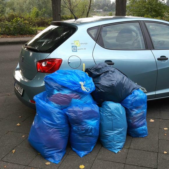 Foto 6 Müllsäcke nach Kleiderschrank ausmisten