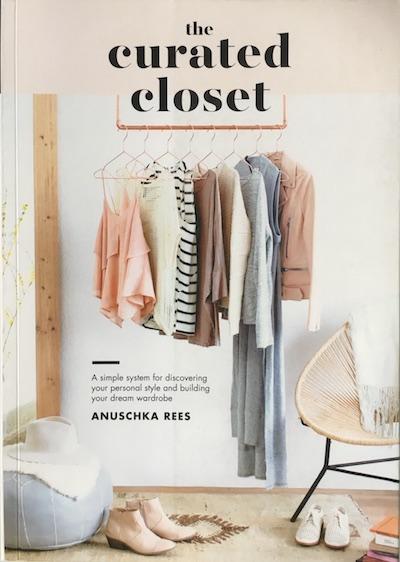 Zum perfekten Kleiderschrank gelangen Sie, wenn Sie jedes einzelne Kleidungsstück darin kuratieren, als wäre Ihre Garderobe eine Kunstausstellung.
