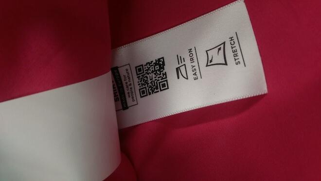 Das Pflege-Etikett zeigt, ob eine Bluse pflegeleicht ist.
