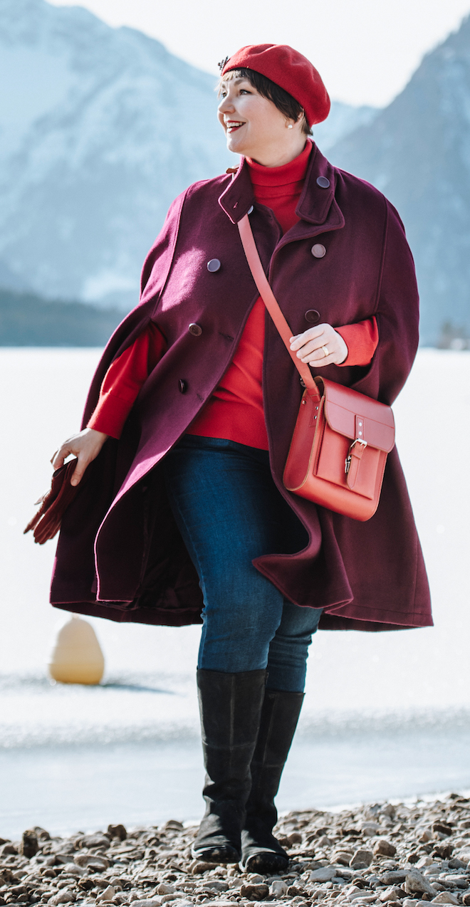 Susi im Outfit mit roter Kappe