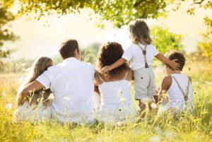 Eine zielgerichtete Erziehung erschafft viel Freude. So wir sie die Familie auf dem Bild ausdrückt.