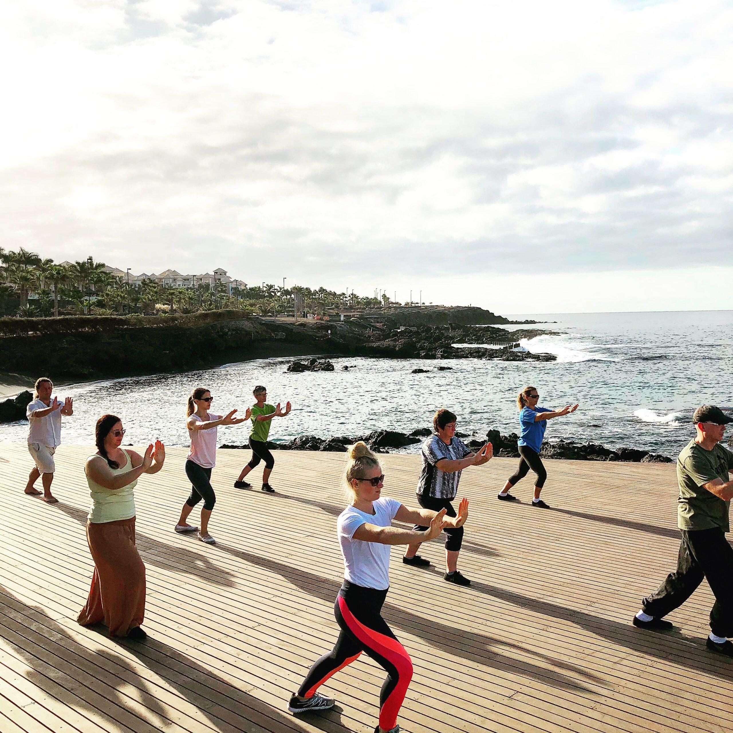 Bring Energie in deine eigene Yoga Praxis. Yoga Studenten beim üben