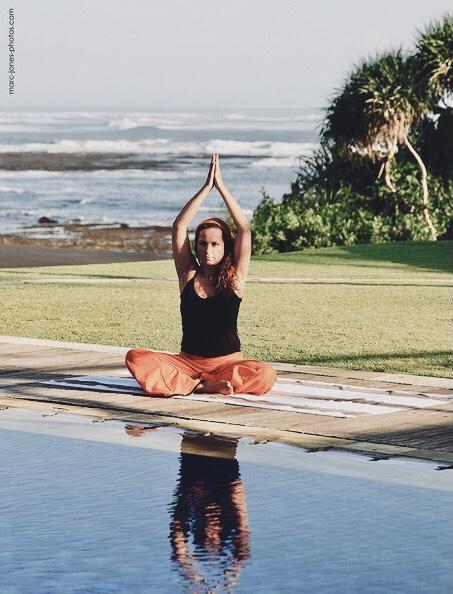 Bring Energie in deine eigene Yoga Praxis. Yogastellung am Pool.
