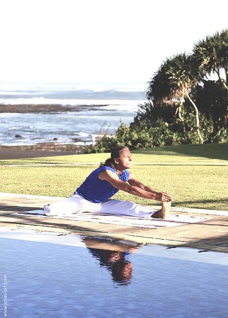 Mit Atem in Energie kommen. Dao Yoga Student am Pool