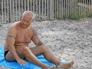 Fett an Strand vor dem Intervall-Lifestyle Konzept