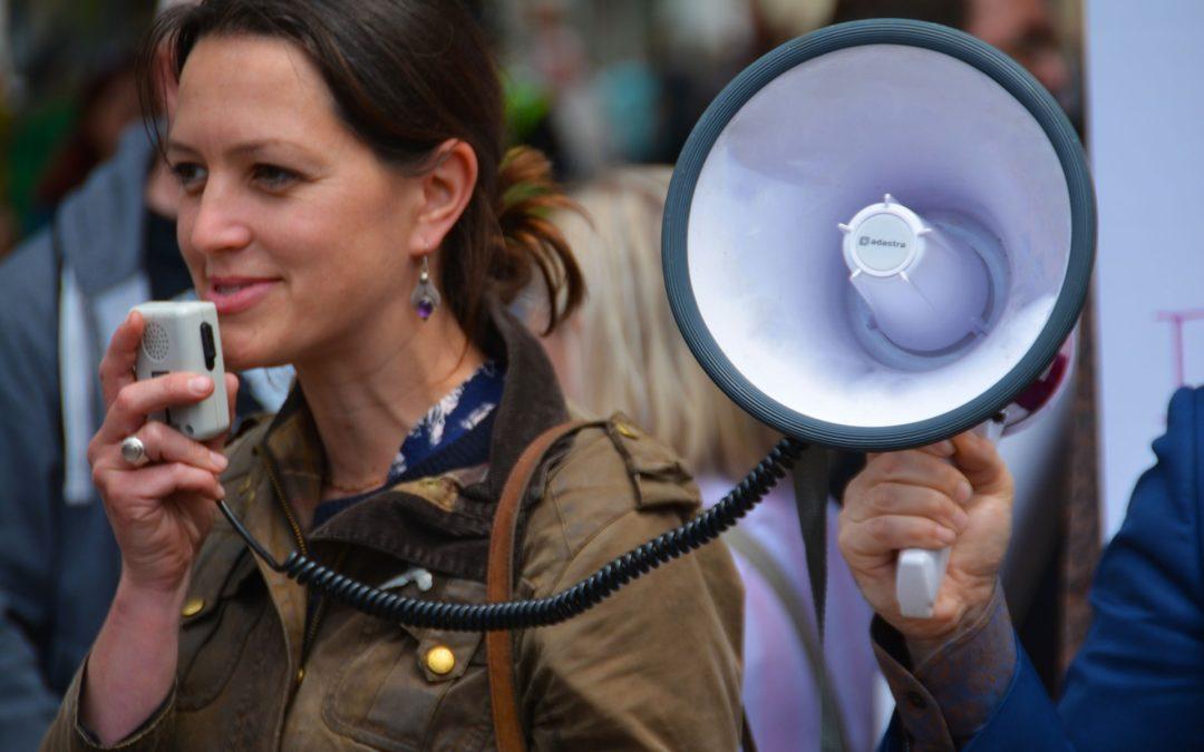 In Megaphon sprechende Frau - Stimme verändern