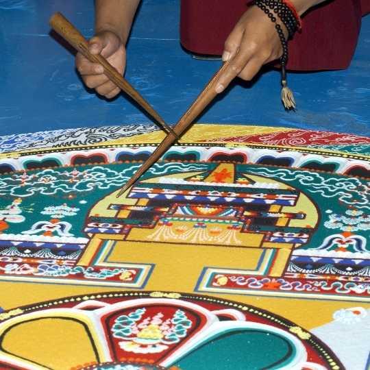 Was du von der tibetischen Sandmalerei über Loslassen lernen kannst