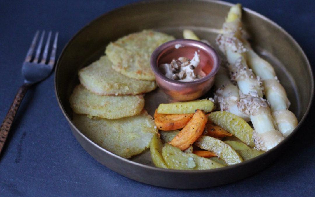 Spargel in Blätterteigspiralen mit Ofensüßkartoffel und Kohlrabischnitzel