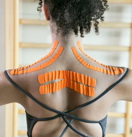 Applicazione taping neuromuscolare schiena e spalle
