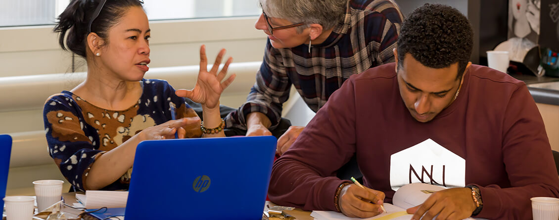 Man en vrouw doen taal cursus onder het oog van een begeleider