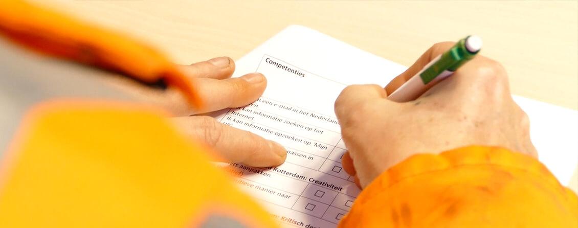 Werknemer vult een checklist in