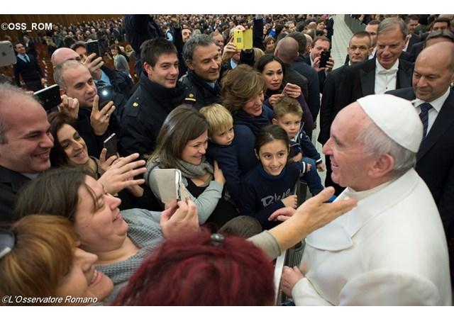 božićne čestitke zaposlenicima Papa razmijenio Božićne čestitke s vatikanskim zaposlenicima  božićne čestitke zaposlenicima