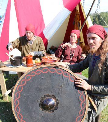Joonatan Kutilainen ja Onni Kutilainen ovat saaneet tälle festivaalille mukaansa myös äitinsä Annika Kutilaisen.