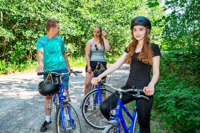 nuoret pyöräilijät